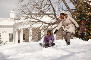 Michelle_Obama_and_her_daughters_in_the_snow